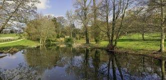 Взгляд озера и окрестности восьмиугольник в Stowe, Buckinghamshire, Великобритании стоковое изображение