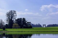 Взгляд озера и окрестности восьмиугольник в Stowe, Buckinghamshire, Великобритании стоковые изображения rf