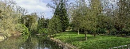 Взгляд озера и окрестности восьмиугольник в Stowe, Buckinghamshire, Великобритании стоковые фотографии rf
