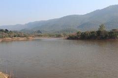 Взгляд озера и холмов на заднем плане стоковые фотографии rf