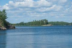 Взгляд озера на солнечный день Стоковая Фотография