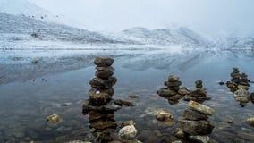 Взгляд озера Gurudongmar с снегом покрыл пики, Сикким, Индию Стоковые Изображения