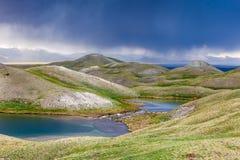Взгляд озера Tulpar Kul в Кыргызстане во время шторма Стоковое Фото