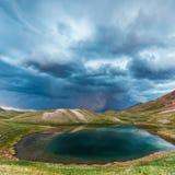 Взгляд озера Tulpar Kul в Кыргызстане во время шторма Стоковая Фотография