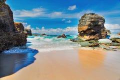 Взгляд океана между утесами Прая de Augas Santas Стоковые Фото