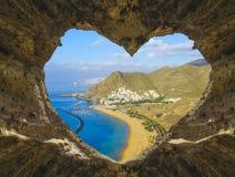 Взгляд океана от в форме сердц пещеры Стоковые Изображения