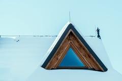 Взгляд окна деревянного дома покрытого с снегом Стоковая Фотография RF