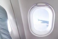 Взгляд окна самолета внутри воздушного судна Самолет окна Каникулы Стоковое Фото