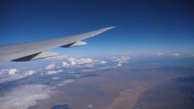 Взгляд окна самолета сток-видео
