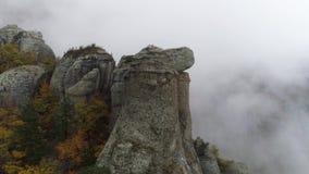 Взгляд около каменного штендера скалы съемка Взгляд сверху каменного штендера утеса с причаливая сильным туманом Ландшафт осени видеоматериал