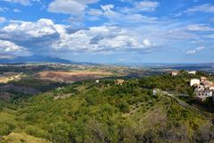 Взгляд окружать Altomonte, Калабрии стоковые фотографии rf