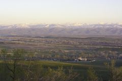 Взгляд осени деревни на предпосылке гор стоковые фотографии rf