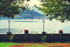 Взгляд осени от продажи Marasino над озером Iseo Monte Isola в предпосылке стоковые изображения rf