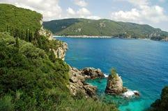 взгляд острова береговой линии cliffside греческий Стоковое Фото
