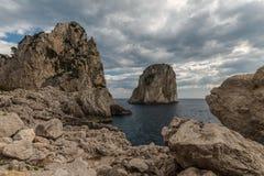 Взгляд острова Италии Капри с Faraglioni стоковое изображение rf