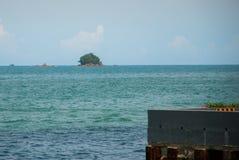 Взгляд острова от портового района Kota Kinabalu, Сабах, Малайзия стоковые фотографии rf