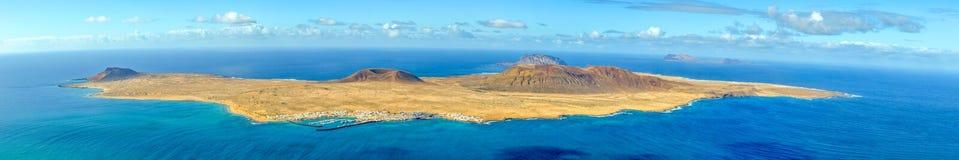 Взгляд острова Graciosa Ла от Лансароте, стоковые изображения