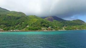 Взгляд острова Mahe и Индийского океана от шлюпки, Сейшельских островов сток-видео
