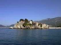 Взгляд острова St Stefan от моря стоковое изображение