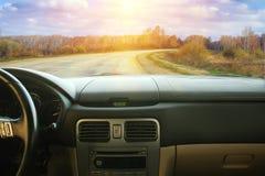 Взгляд от автомобиля на проселочной дороге Стоковое Фото