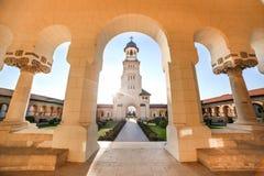 Взгляд от аркад колокольни собора коронования в Alba Iulia стоковое изображение