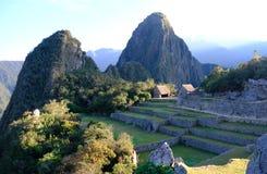 Взгляд от археологических раскопок Machu Picchu на горе Huayna Picchu Стоковые Изображения RF