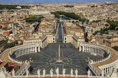 Взгляд от базилики ` s St Peter Квадрат ` s St Peter, аркада Сан Pi стоковые фотографии rf