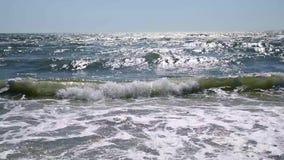 Взгляд от берега к волнам Чёрного моря сток-видео