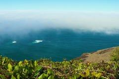 Взгляд от верхней части к пляжу Тихого океана на туманном утре стоковое фото