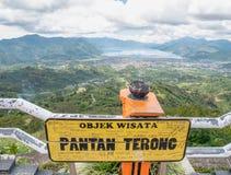 Взгляд от верхней части холма смотря на озеро, озеро Takengon Lut Tawar, Ачех, Индонезию Стоковая Фотография RF