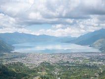 Взгляд от верхней части холма смотря на озеро, озеро Takengon Lut Tawar, Ачех, Индонезию Стоковые Изображения