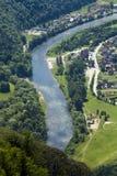 Взгляд от вершины горы к деревне Sromowce рекой стоковые изображения rf