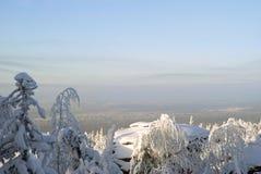 Взгляд от вершины горы к ландшафту зимы Урала Стоковое Изображение RF