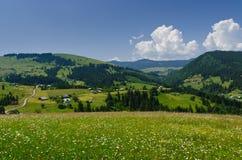 Взгляд от вершины гор к селу Стоковые Фото