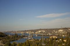 Взгляд от вершины залива моря с кранами и кораблями на сонный день стоковое фото rf