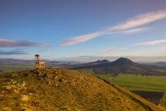 Взгляд от вершины холма Раны и деревянного стула на восходе солнца Стоковые Фотографии RF