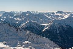 Взгляд от вершины Cime Caron в Val Thorens стоковое изображение