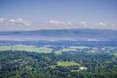Взгляд от ветреного холма к области Sunnyvale и Кремниевой долины, южной San Francisco Bay, Калифорния стоковое фото rf