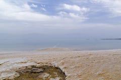 Взгляд от взгляда захода солнца aboveof прибрежного wi мертвого моря - озера соли Стоковое фото RF