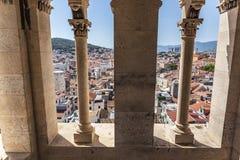 Взгляд от внутренности высокой старой башни в городе разделения стоковое фото