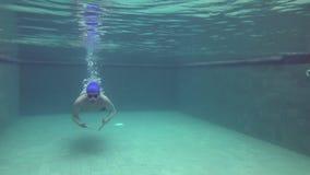 Взгляд от воды на молодых спорт укомплектовывает личным составом плавать под воду в бассейне видеоматериал