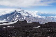 Взгляд от вулкана Avachinsky к вулкану Koryaksky, Камчатке Стоковые Изображения