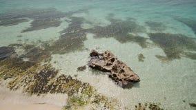 Взгляд от высоты балкона к океану и коралловым рифам мелководий филиппинских тропиков экзотическо сток-видео