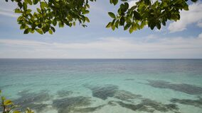 Взгляд от высоты балкона к океану и коралловым рифам мелководий филиппинских тропиков экзотическо акции видеоматериалы