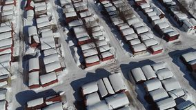 Взгляд от высоты гаража в зиме Взгляд сверху гаража в зиме Камера вверх вид с воздуха 4K сток-видео