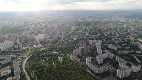 Взгляд от высоты к городу в солнечном дне видеоматериал