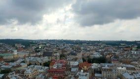 Взгляд от высоты на старом городе Крыши домов других цветов Облака летели над пасмурным городом акции видеоматериалы