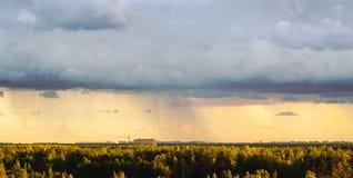 Взгляд от высот леса и жилого сложного Novaya Okhta, деревни Murino с дождевыми облаками ST стоковое изображение