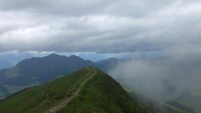 Взгляд от горного пика в тумане