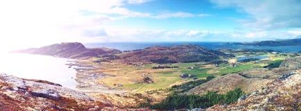 Взгляд от горной тропы вниз к рыбацкому поселку здания традиционные стоковое фото